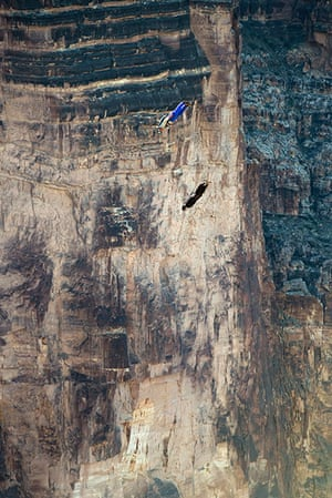 BASE jumping in Utah: Two parachutists perform a synchronised jump