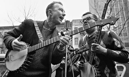 Pete Seeger performing at a rally in New York in 1975