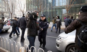 Chinese police try to block journalists