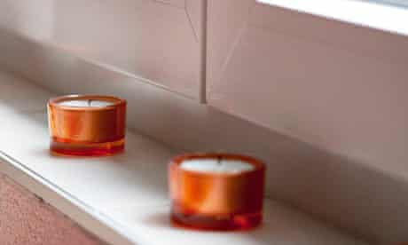 candles window sill dignitas