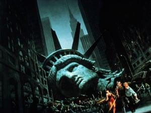 ESCAPE FROM NEW YORK (1981) (dir. John Carpenter)