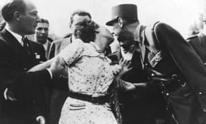 FRANCE - AUGUST 25:  Liberation Of Paris, Parisian Woman Kissing General De Gaulle On August 25Th 1944  (Photo by Keystone-France/Gamma-Keystone via Getty Images)