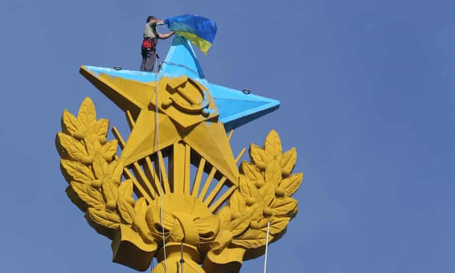 A Ukrainian flag being taken down from the top of Moscow's Kotelnicheskaya Embankment building on 20 August, 2014.