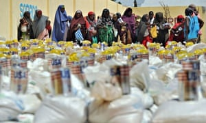 Somali women queue for food aid