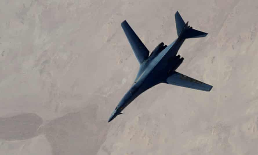 US aircraft refuels after airstrikes on Islamic State jihadists in Syria