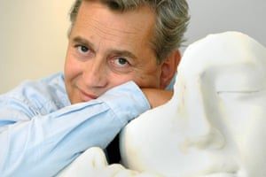 Igor Mitoraj with a white marble sculpture