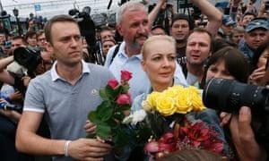 纳瓦尔尼与他的妻子尤莉娅在2013年在基洛夫被监禁后在莫斯科被释放。他因贪污被监禁,但意外地被释放。