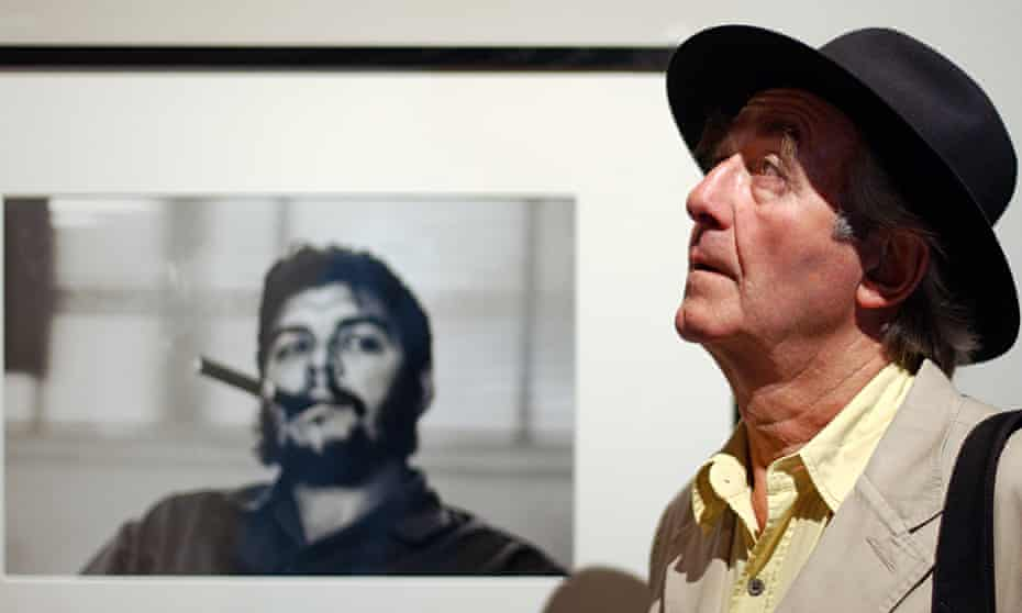 René Burri in front of his most famous photograph of the revolationary Che Guevara, which he took in
