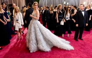 Amy adams arrives at the 2013 Oscars wearing a strapless Oscar de la Renta gown
