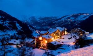 "A5C8PJ The Tarentaise Valley and Sainte Foy ski resort in the northern French Alps France late evening. Image shot 2007. Exact date unknown.""TarentaiseValley""""SainteFoy""skiresortnorthern[FrenchAlps]Franceskycloudsnowsunsunnycoldsunlightsunshinefrostcoolicelandscapemountainhillvalleyarchitecturebuildingchaletsport""skilift""skiingtraveltourismholidayvacationrecreationsightseeinglifestyleleisurebeautylightlampdarkeveningdusk"