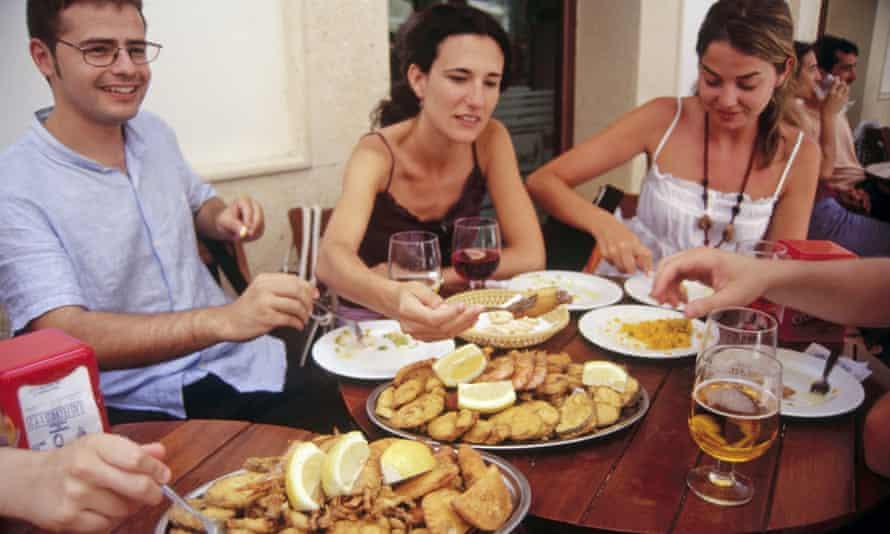 DFW3WK Fried small fish ( Pescaito  frito). Freiduria Las Flores Restaurant. Cadiz. Andalucia.