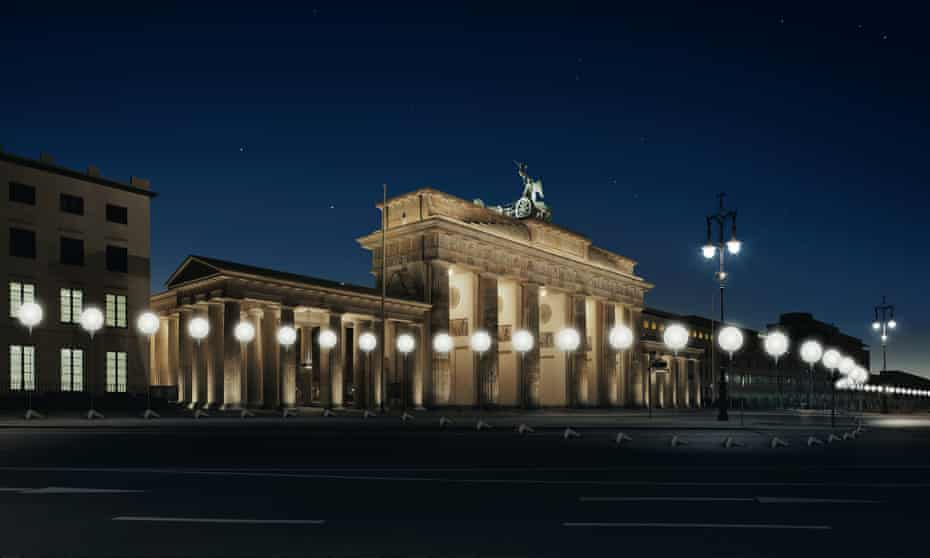 From 7 to 9 November, a light installation of 8,000 white helium balloons will be set up to trace the course of the Berlin Wall, to mark the 25th anniversary of its fall.