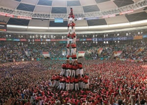 epaselect epa04433533 The runner-up, red team, competes in the 25th Castells (human towers) competition at Tarraco Arena ring in Tarragona, Catalonia