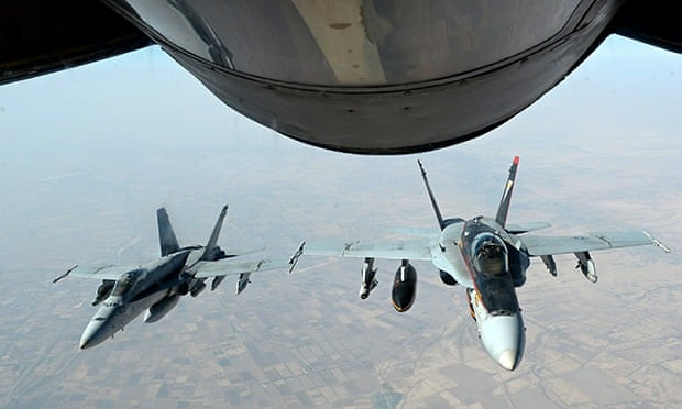 US Navy F-18E Super Hornets supporting operations against IS, after being refueled by a KC-135 Stato