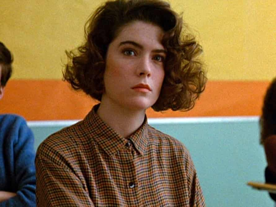 Lara Flynn Boyle as Donna Hayward  in the pilot episode of Twin Peaks, which originally aired April 8, 1990.