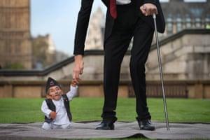 In London, the world's shortest man, Chandra Bahadur Dangi, meets the world's tallest man, Sultan Kosen.