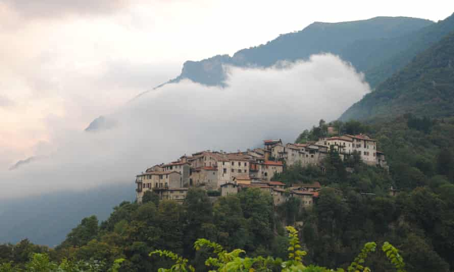 The village of Dasio, on the climb to Monte Bronzone.