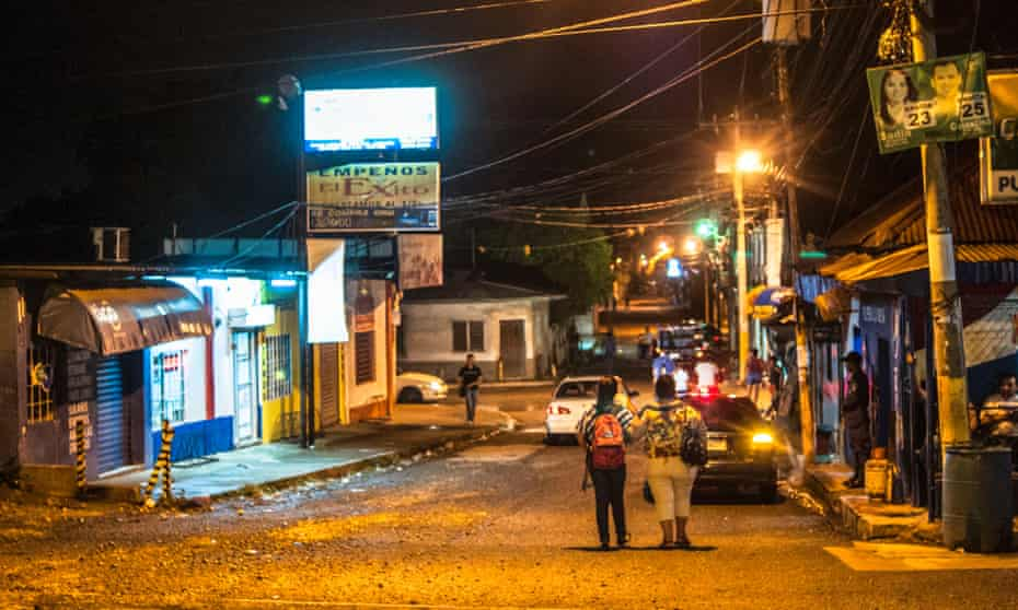 People on their way home in the Chamelacon suburb, considered one of the most dangerous ares San Pedro Sula.