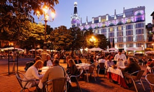 BKGGW3 Pavement cafes Placa Sant Ana in the evening, Hotel Me Madrid Reina Victoria in background, Calle de Huertas, Madrid, Spain