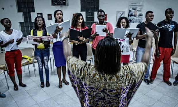 Stella Mendonça puts the choir through its paces