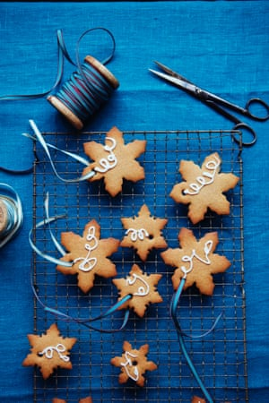 Rather attractive pepperkaker – spice cookies – cut in snowflake shapes.