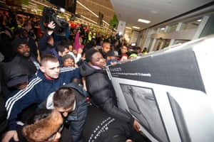 Black Friday Police Criticise Tesco After Some Stores See Mini Riots As It Happened Business The Guardian