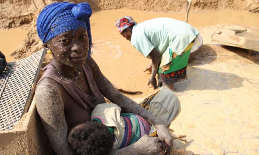 Female gold miner, Kono District