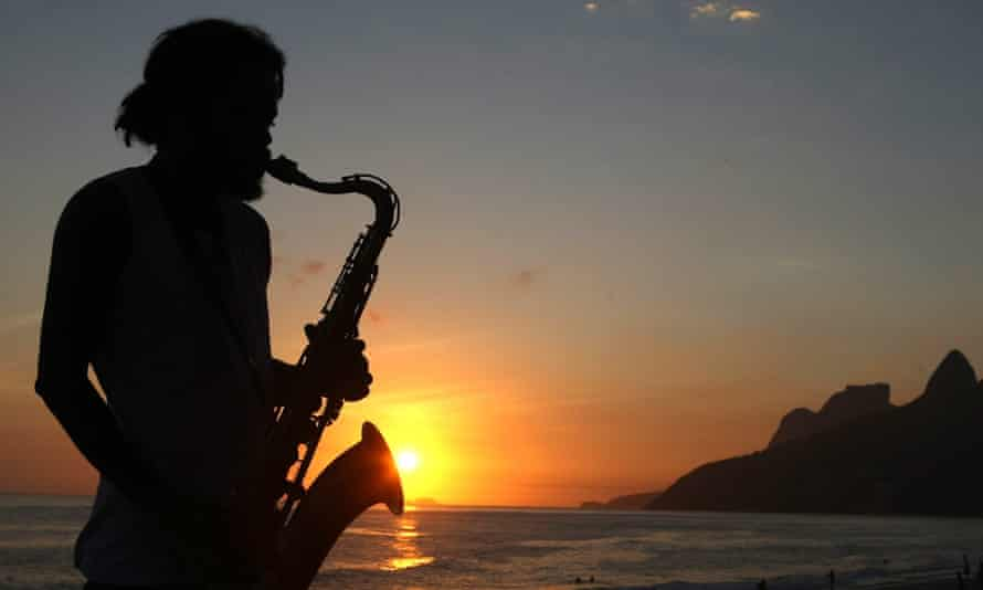 epa01972831 A Brazilian street musician plays the saxophone during a sunset Ipanema beach on the first day of summer in Rio de Janeiro, Brazil, 21 December 2009.  EPA/MARCELO SAYAO