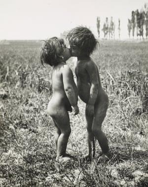 Traveller Children Embrace, Esztergom, 1917.