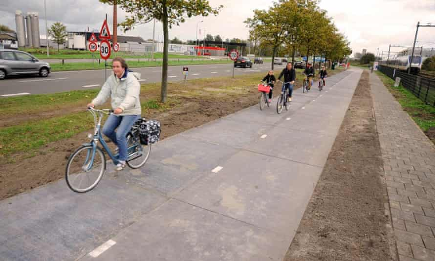 SolaRoad is in use! It is generating electricity and the tests have started, 21 October 2014. On November 12th there will be an official opening of the bike path.