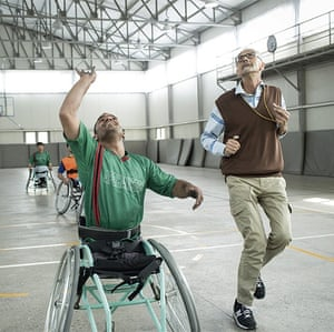 Alberto Cairo refereeing a game of wheelchair basketball