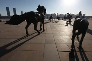 Horse sculptures on the waterfront at Kangbashi