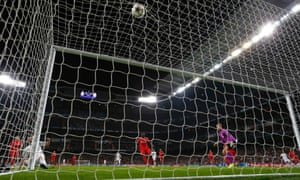 Real Madrid's Karim Benzema (L) scores against Liverpool during their Champions League Group B soccer match at Santiago Bernabeu stadium in Madrid November 4, 2014. REUTERS/Susana Vera (SPAIN - Tags: SPORT SOCCER):rel:d:bm:GF2EAB5022Y01