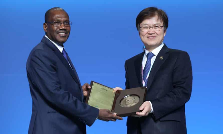 Choi Yang-hee, South Korea's Minister of Science, ICT and Future Planning, gives an appreciation plaque to Hamadoun Toure, ITU Secretary-General, at the closing ceremony at the Busan Exhibition and Convention Center