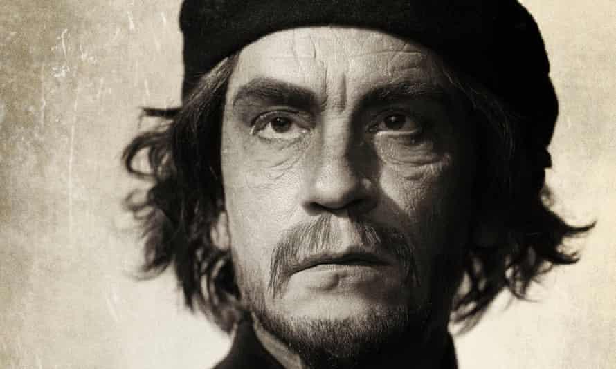 John Malkovich as Che Guevara (1960).