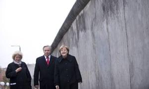 德国总理安吉拉·默克尔(Angela Merkel)在庆祝其秋季25周年庆典时走在前永乐国际的一段。