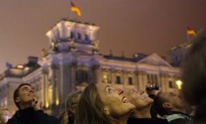 人们观看标志着前边界的气球在德国国会大厦前飞走。