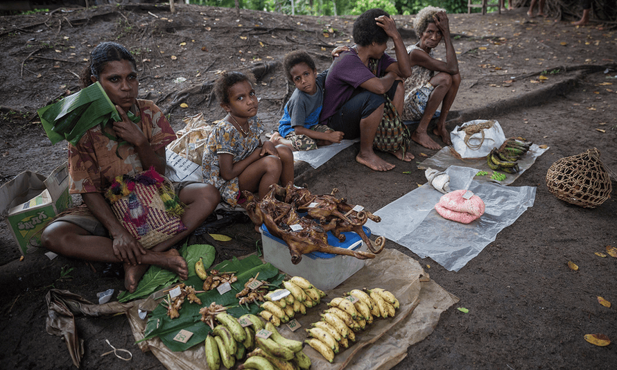 Locals sell fruit and cuscus at the Lorengau market