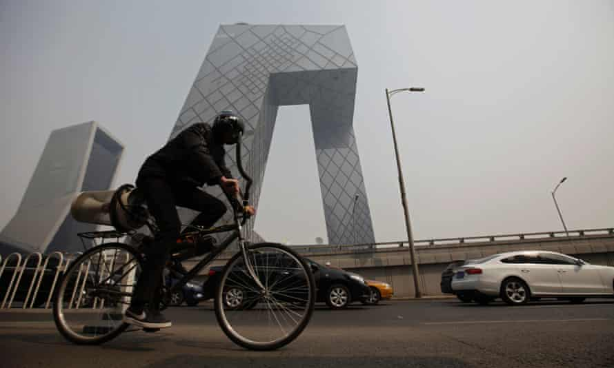 British artist Matt Hope has designed a 'breathing bicycle' which filters air as you pedal, then feeds it into your mask.