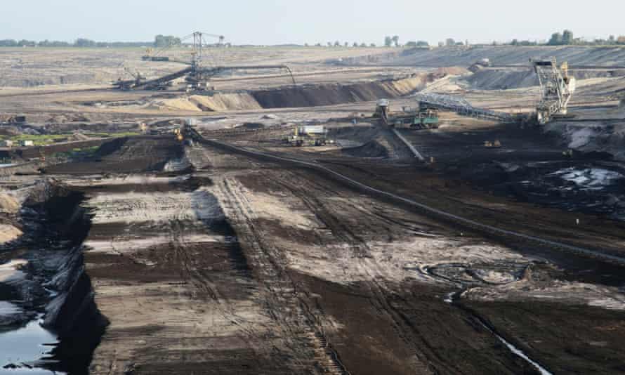 "B3H5MA Brown coal opencast mine near Konin. Poland.. Image shot 08/2008. Exact date unknown.browncoalenvironmentholepollutionenergybrown""coalmine""carecoalconveyerdeepdumpdustdustyenormousexcavatorexploitationgiantgiganticlargeminemountainopencastoveroverburdenplantpowerpowerplantutilitywaste"