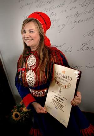 Kongens representant i Troms, fylkesmann Svein Ludvigsen, ga Mari Boine p  at hun er sl tt til Ridder av 1. klasse av St. Olav orden.