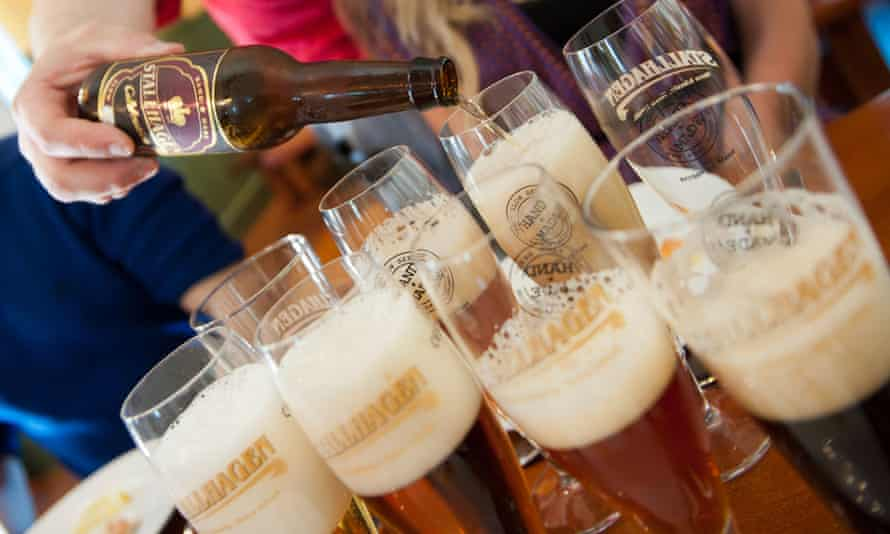 C9B2M9 Beer tasting on a brewery tour. Stallhagen Aland Island FinlandBeertastingAlandFinlandStallhagenBrewerylandscapehorizontalshallowfocusbackgroundblurredthreeadultsAlandarchipelagoNordicFinnishFinnishnessBalticScandinavianScandinaviaarchipelagoclose-uphanddetailglassglassestastetastingmicrobrewerytastersvacationholidaytourismtouristsvisitorattractioncheerscoupleadultalcoholalcoholicalebarbeerbeverageboomerbrewcaucasiancelebratecelebrationcolddrinkfunglassguyhairhandsomehappylagerlifestylemalemasculinematurewomenyoungadultspartypeoplepersonphotopintpubquenchrelaxingsatisfiedsittingsummertastethirsttraditionpouringpouredbottledslakingyourthirst