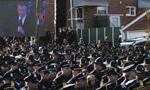 Officers turn backs on de Blasio speech