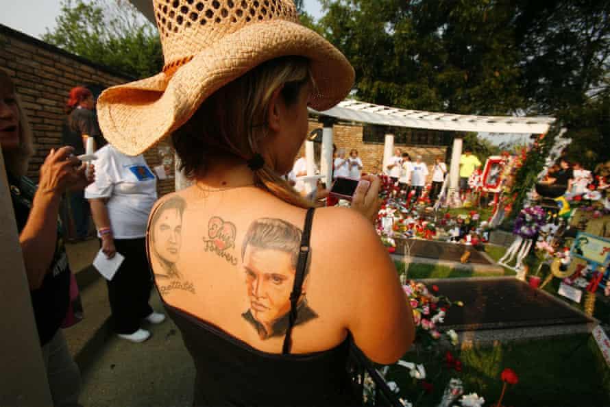 Fans at Elvis's grave, Graceland