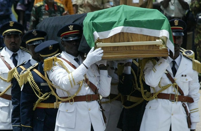 August 2005: South Sudan's rebel leader John Garang dies in a helicopter crash three weeks after being sworn in as first vice president of a power-sharing government in Sudan. Riots result, but peace efforts continue.  Sudanese army troopers carry the remains of John Garang 06 August 2005 at the airport in Juba, towards the burial site