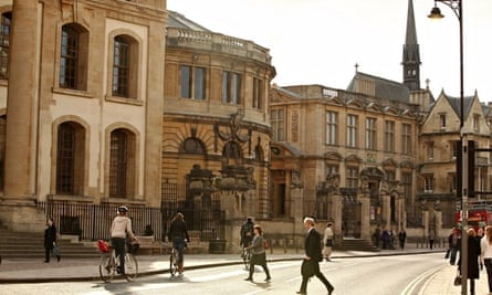 people walk and cycle in Oxford city centre