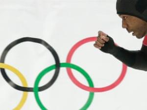 美国的沙尼戴维斯参加男子500米速滑比赛的第二场比赛。