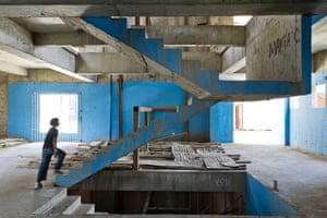 Torre David Caracas: Steps inside the abandoned building