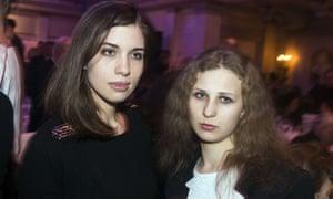 Nadezhda Tolokonnikova (l) and Maria Alyokhina
