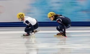英国的Elise Christie和韩国的Park Seung-hi参加女子1000米短道速滑四分球比赛。